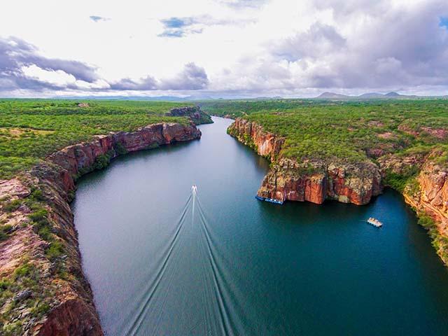 O São Francisco é um rio brasileiro, que vai atravessar cinco estados: Minas Gerais, Bahia, Pernambuco, Alagoas e Sergipe.