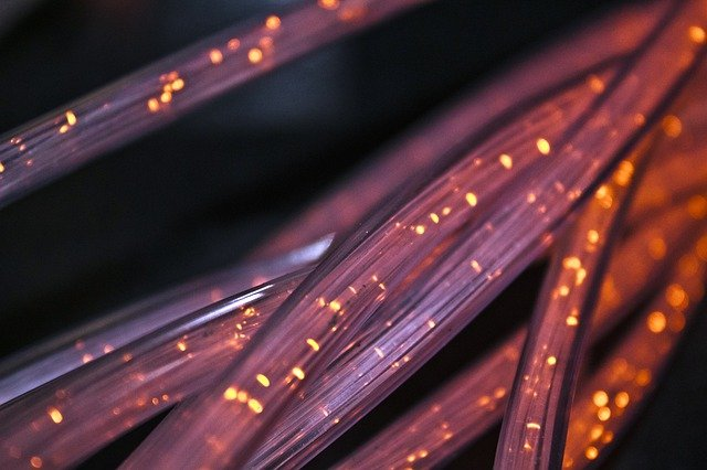 Os cabos de fibra óptica possuem dimensões microscópicas